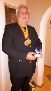 Josef Wiener mit den Auszeichnungen